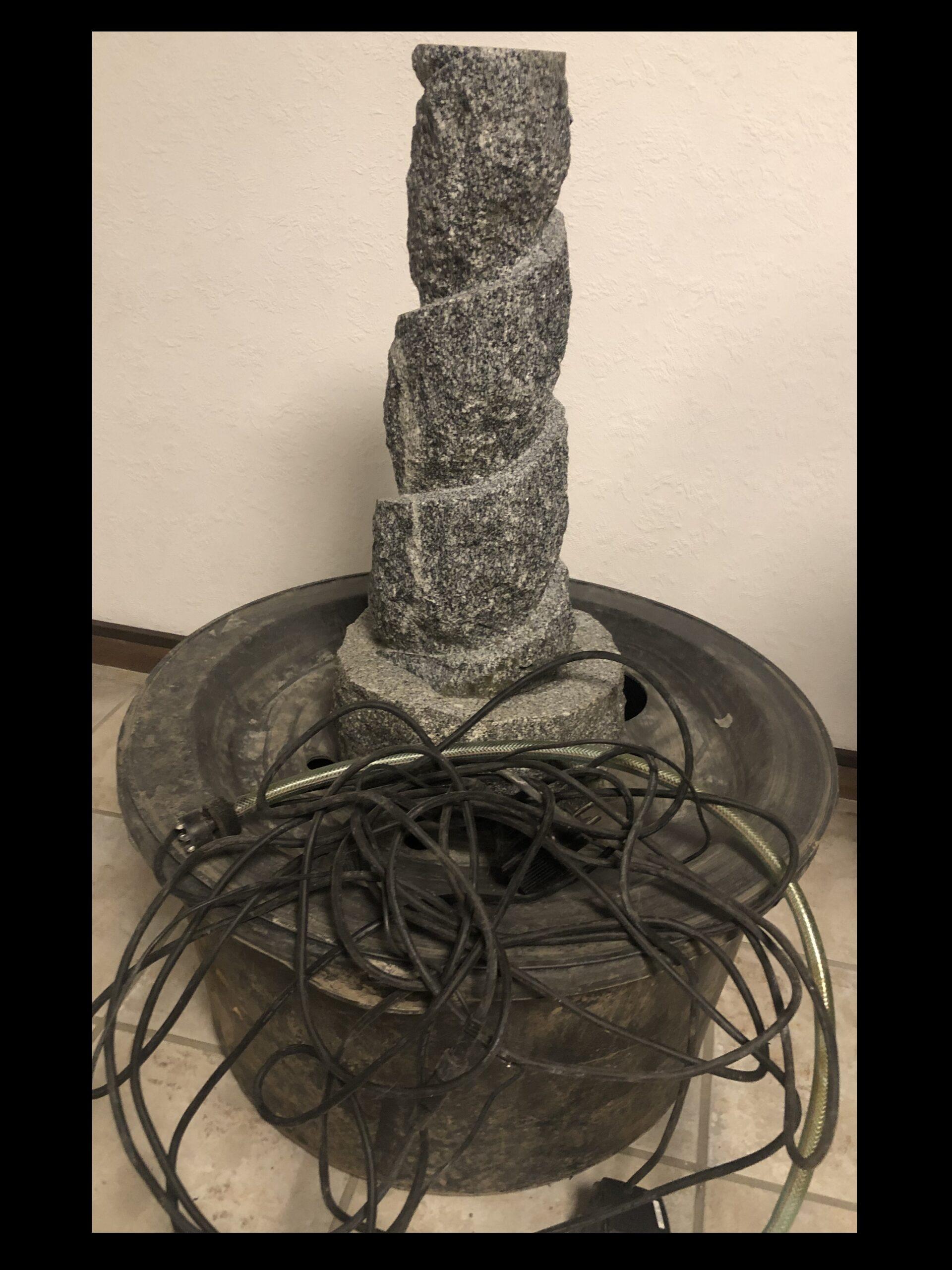 Garten Brunnen Stein mit Pumpe und Wasserbehälter
